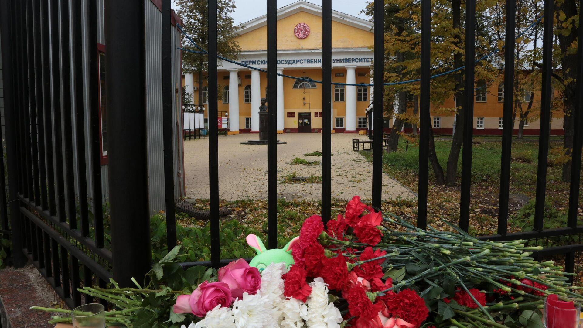 Цветы  в память о погибших в результате стрельбы в Пермском университете - РИА Новости, 1920, 25.09.2021