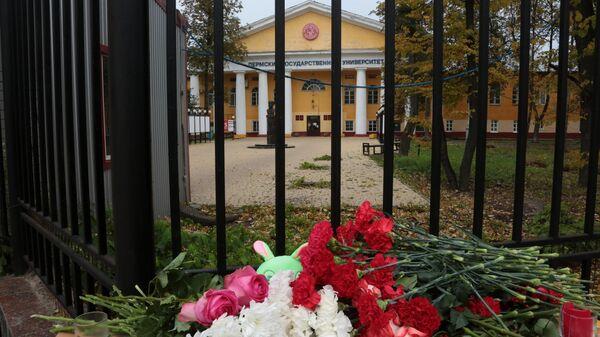 Цветы  в память о погибших в результате стрельбы в Пермском университете