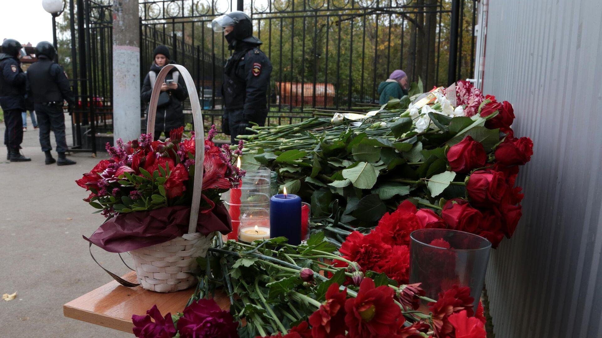 Цветы в память о погибших в результате стрельбы в Пермском университете - РИА Новости, 1920, 11.10.2021