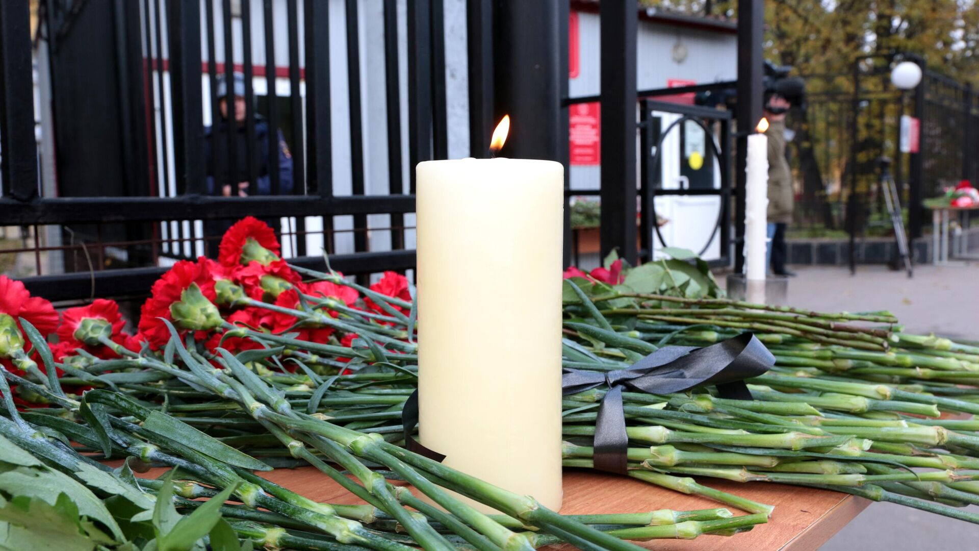 Цветы и свечи в память о погибших в результате стрельбы в Пермском университете - РИА Новости, 1920, 14.10.2021