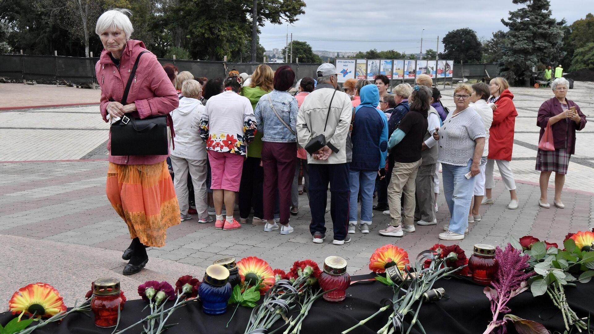 Цветы и свечи в память о погибших во время стрельбы в Пермском государственном национальном исследовательском университете - РИА Новости, 1920, 25.09.2021