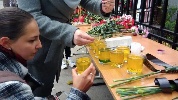Люди зажигают свечи в память о погибших в результате стрельбы в Пермском университете