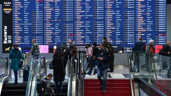 Пассажиры в Международном аэропорту Шереметьево