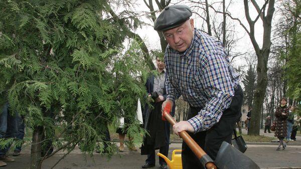Мэр Москвы Юрий Лужков принимает участие в посадке деревьев