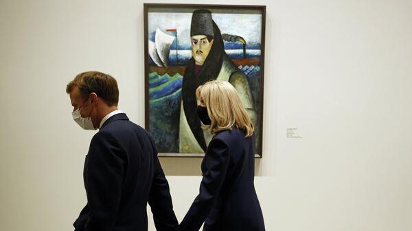 Президент Франции Эммануэль Макрон и его супруга Брижит Макрон перед картиной Портрет Михаила Матюшина
