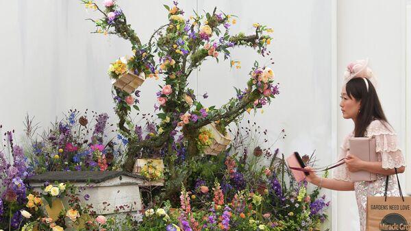 Посетительница на цветочной выставке в Челси