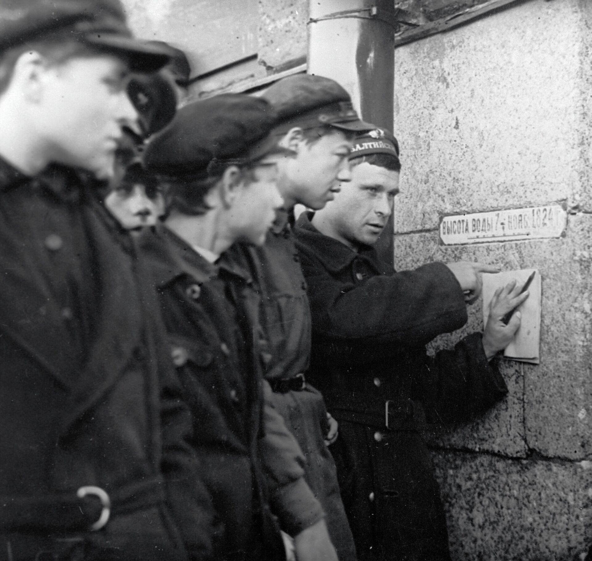 Сотрудники, следящие за уровнем воды в Неве, записывают результат в день наводнения - РИА Новости, 1920, 22.09.2021