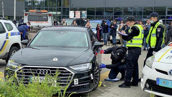 Полицейские на месте покушения на помощника президента Украины Сергея Шефира в пригороде Киева