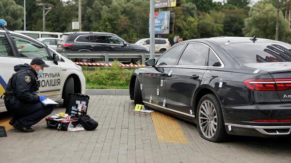 Полицейский на месте покушения на помощника президента Украины Сергея Шефира в пригороде Киева