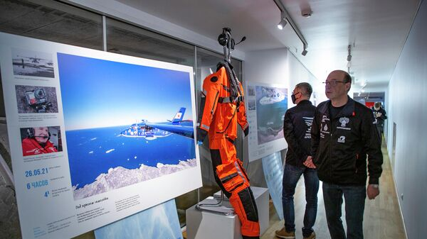 Посетители на фотовыставке по итогам экспедиции Хозяин Арктики-2021