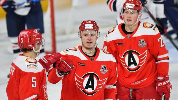 Хоккеисты Автомобилиста Валерий Ситников, Сергей Шумаков и Дмитрий Жукенов