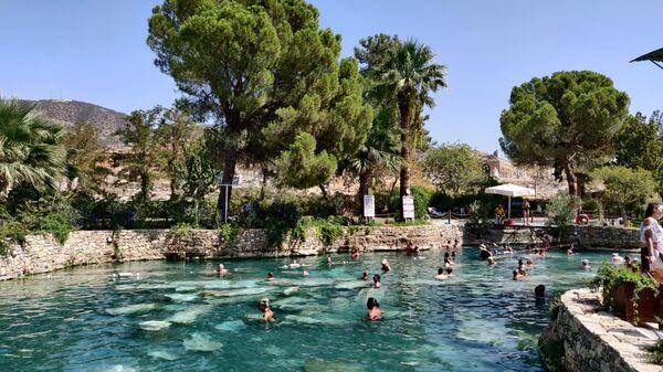 Бассейн Клеопатры в городе Памукале в Турции