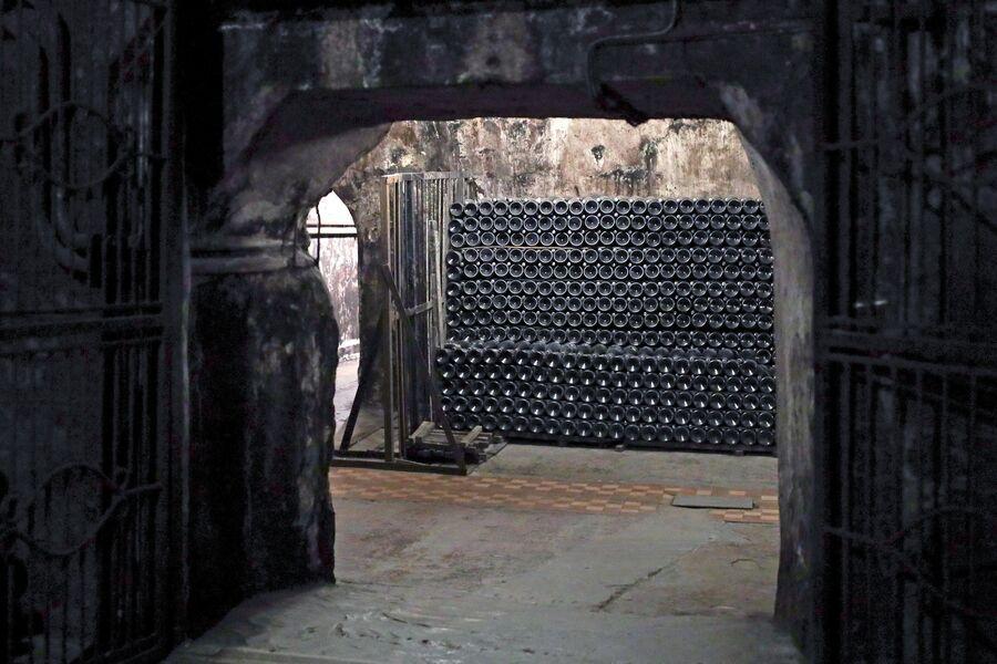 Бутылки с вином в подземном хранилище на территории центра винного туризма Абрау-Дюрсо в Краснодарском крае