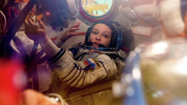 Член экипажа и актриса Юлия Пересильд во время тренировки перед экспедицией на МКС на космодроме Байконур, Казахстан