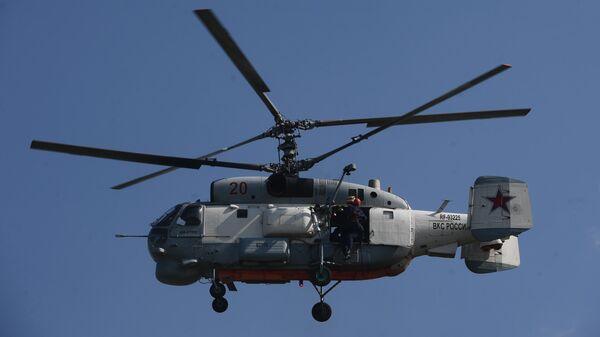 Корабельный поисково-спасательный вертолет Ка-27ПС во время учений