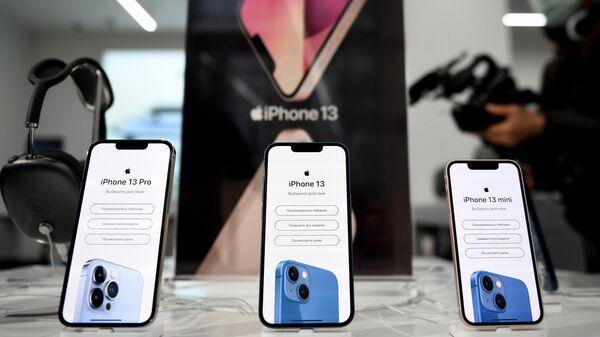 Телефоны компании Apple в магазине re:Store на Тверской улице в Москве