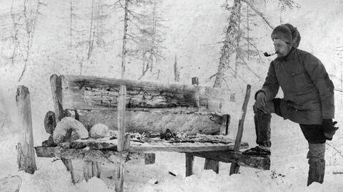 В. Н. Васильев у якутского воздушного захоронения в Енисейской губернии (1905)