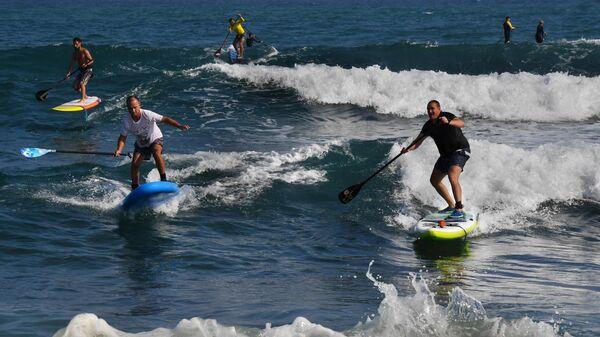 Люди катаются на сапсерфинге в Уссурийском заливе