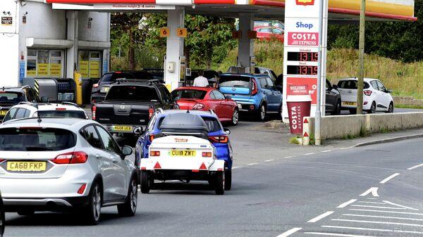 Автомобили в очереди на АЗС в Бегелли, Уэльс