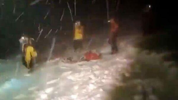 Туристов накрыла снежная буря на Эльбрусе. Кадры спасения людей