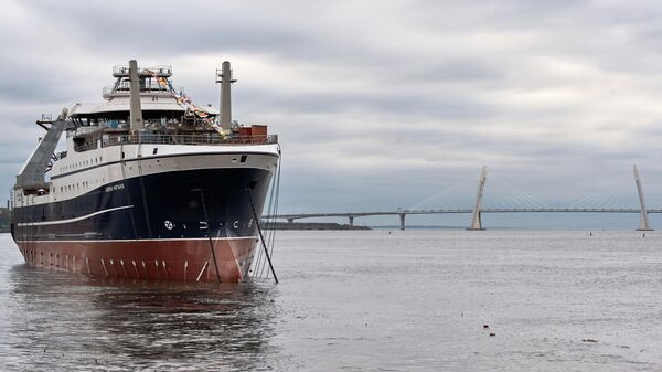 Большое рыболовное морозильное судно проекта СТ-192 Капитан Мартынов во время спуска на воду на Адмиралтейских верфях