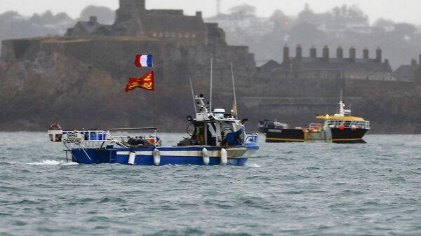Французские рыбацкие суда протестуют у побережью острова Джерси