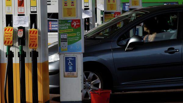 Автомобилист на заправочной станции Shell в Манчестере, Великобритания