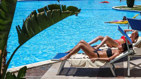 Туристы отдыхают на территории отеля Albatros Palace Resort Hurgada в Хургаде
