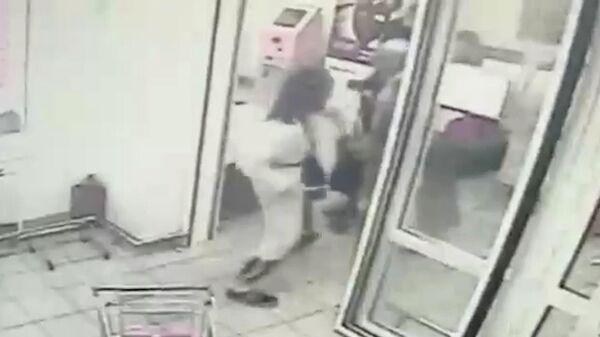 Мужчина в женской одежде напал с топором на покупателей Магнита в Москве