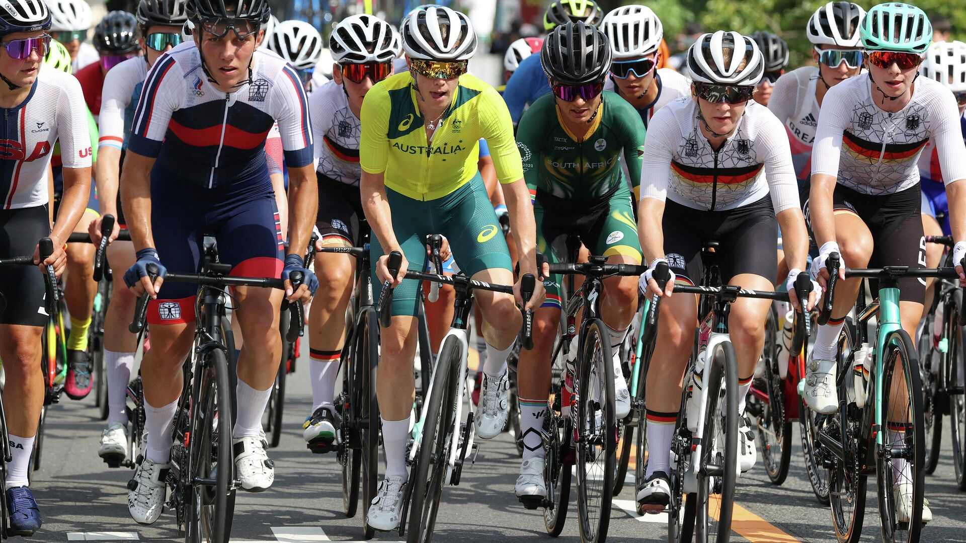 Russia's Tamara Dronova, Australia's Tiffany Cromwell and South Africa's Ashleigh Moolman-Pasio compete during the women's cycling road race at the Fuji International Speedway in Oyama, Japan, at the Tokyo 2020 Olympic Games on July 25, 2021. (Photo by Michael Steele / POOL / AFP) - РИА Новости, 1920, 25.09.2021