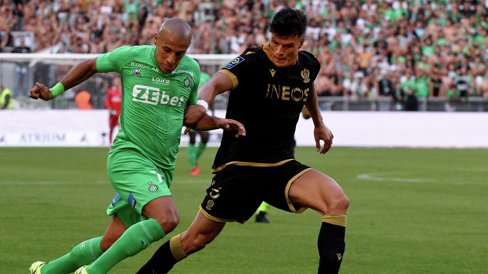 Saint-Etienne's Tunisian forward Wahbi Khazri (L) fights for the ball with Nice's Austrian defender Flavius Daniliuc (R) during the French L1 football match between Saint-Etienne (ASSE) and OGC Nice at The Geoffroy-Guichard Stadium in Saint-Etienne, central France, on September 25, 2021. (Photo by JEAN-PHILIPPE KSIAZEK / AFP) - РИА Новости, 1920, 25.09.2021
