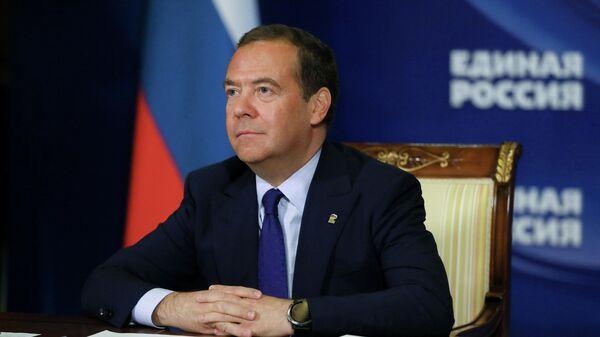 ЕР планирует поделиться постами в комитетах Госдумы, заявил Медведев