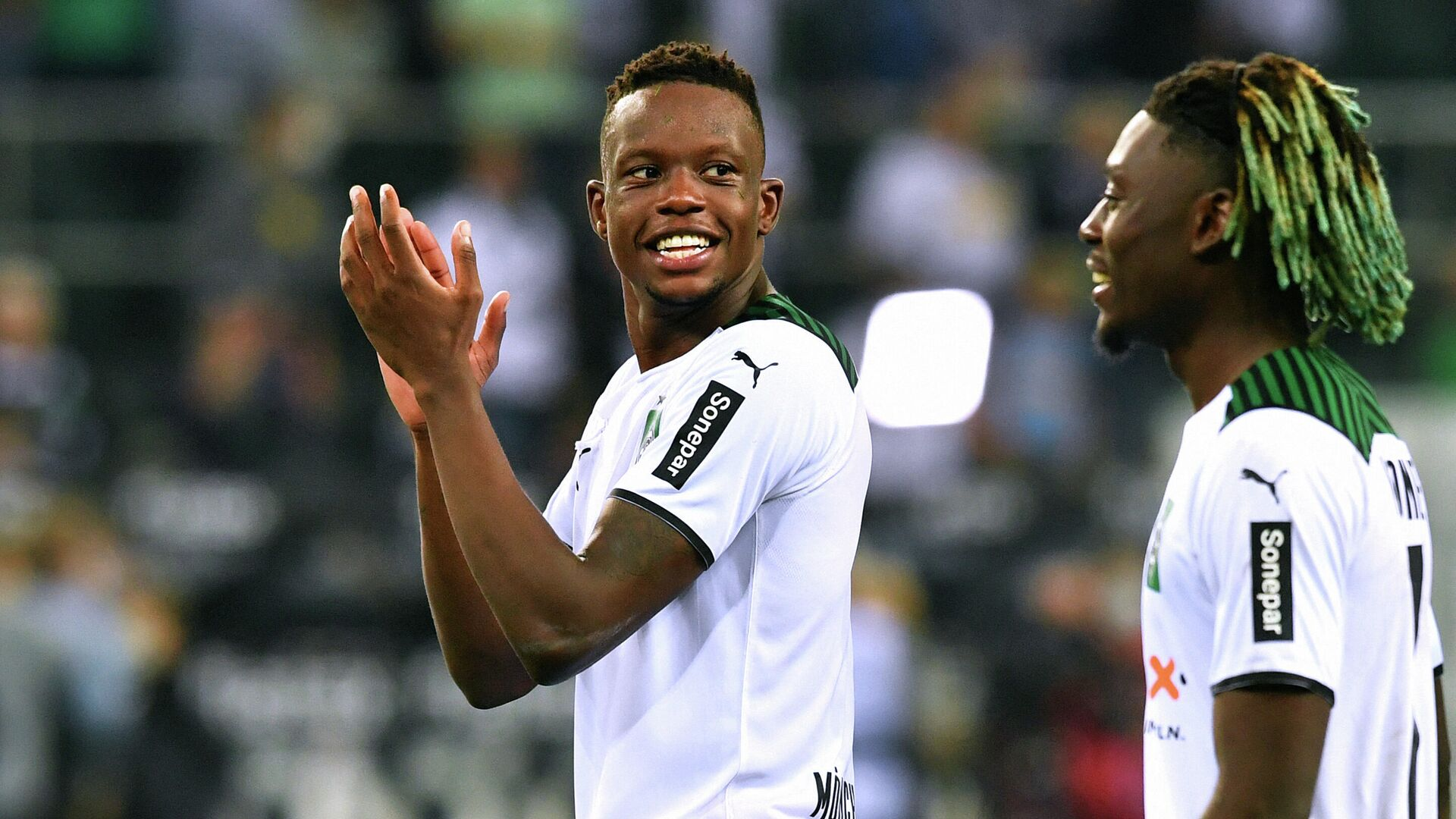 Moenchengladbach's Swiss midfielder Denis Zakaria (L) applauds after the German first division Bundesliga football match Borussia Moenchengladbach v BVB Borussia Dortmund in Moenchengladbach, western Germany, on September 25, 2021. (Photo by UWE KRAFT / AFP) / DFL REGULATIONS PROHIBIT ANY USE OF PHOTOGRAPHS AS IMAGE SEQUENCES AND/OR QUASI-VIDEO - РИА Новости, 1920, 25.09.2021
