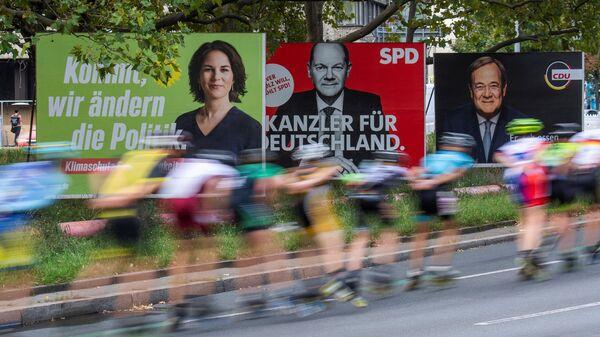 Плакаты с изображением кандидатов в канцлеры Германии на одной из улиц в Берлине