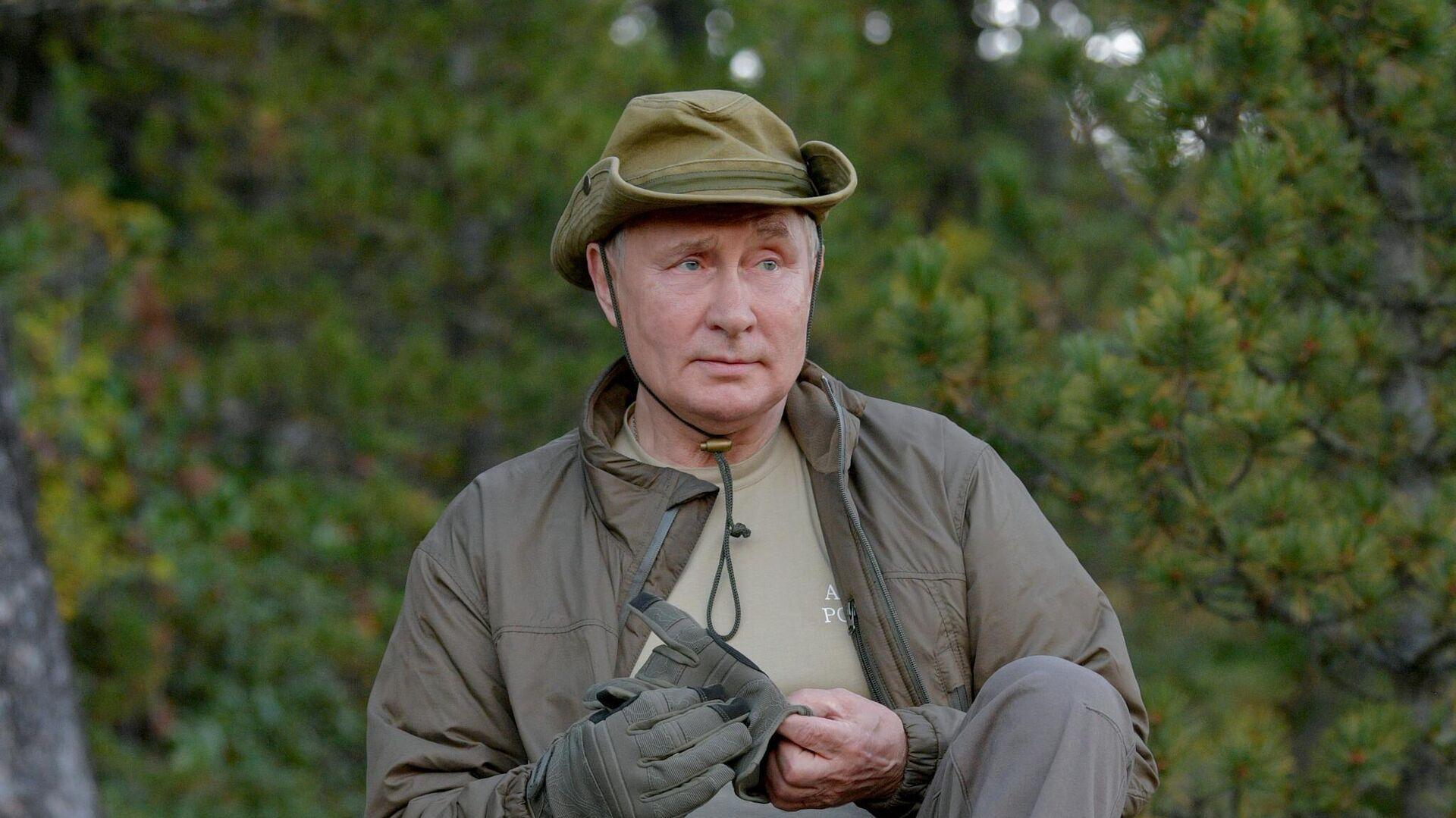 Президент РФ Владимир Путин во время прогулки в тайге - РИА Новости, 1920, 26.09.2021