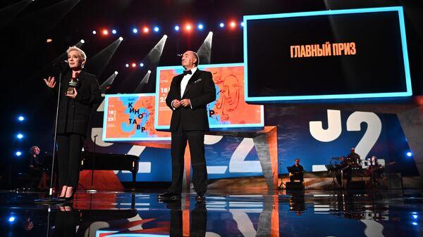 Председатель жюри, актриса Чулпан Хаматова и медиа-менеджер, президент ОРКФ Кинотавр Александр Роднянский на торжественной церемонии закрытия 32-го фестиваля российского кино Кинотавр.
