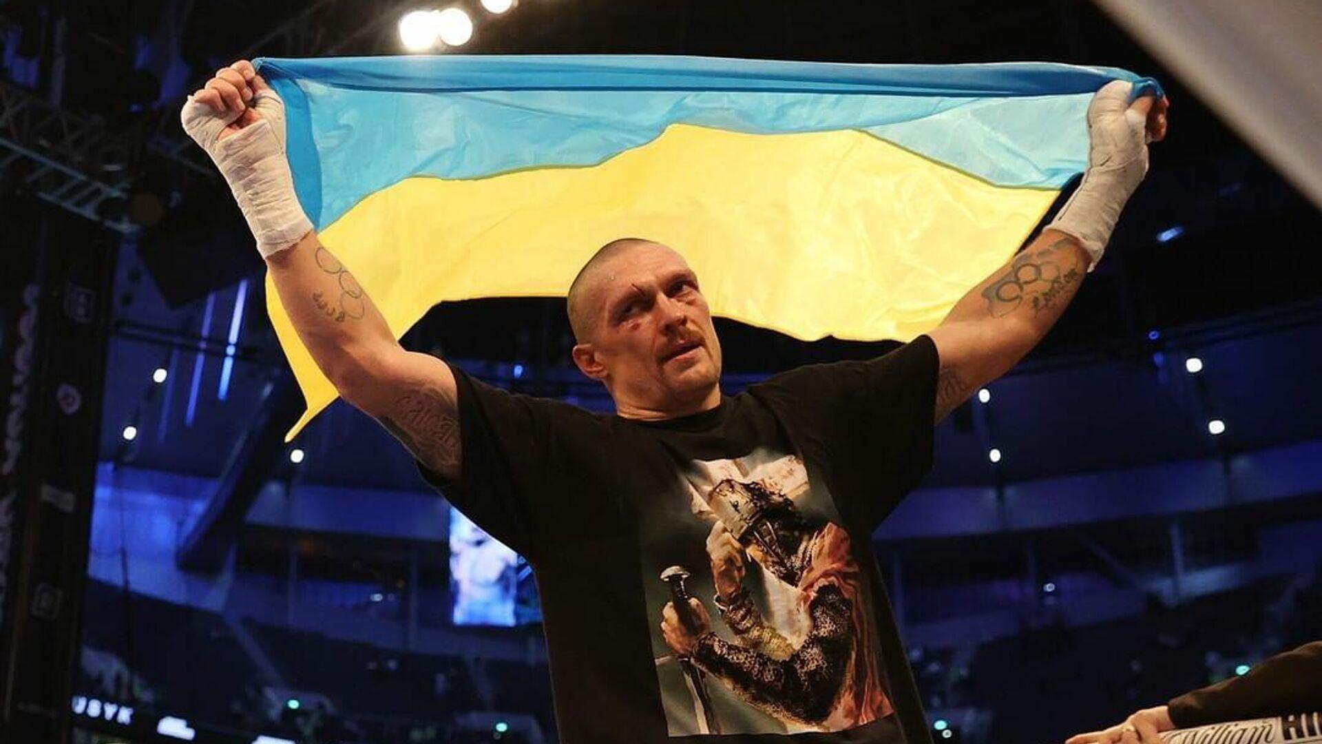 Виталий Кличко презентовал украинскому боксеру Александру Усику символический пояс WBC