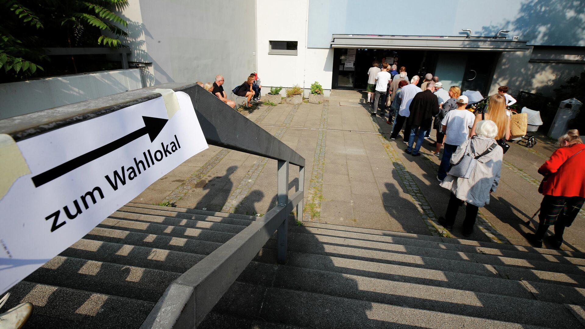 Избиратели стоят в очереди, что проголосовать на парламентских выборах в Германии - РИА Новости, 1920, 26.09.2021