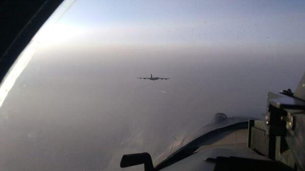 Три истребителя Су-35с сопроводили стратегический бомбардировщик В-52Н ВВС США, который приближался к границам РФ в Тихом океане