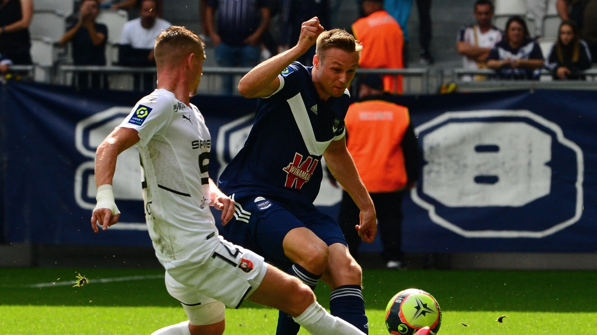 Bordeaux's Norwegian defender Stian Gregersen (R) fights for the ball against Rennes' French midfielder Benjamin Bourigeaud during the French L1 football match between FC Girondins de Bordeaux and Stade Rennais F.C. at The Matmut Atlantique Stadium in Bordeaux, south-western France on September 26, 2021. (Photo by MEHDI FEDOUACH / AFP) - РИА Новости, 1920, 26.09.2021