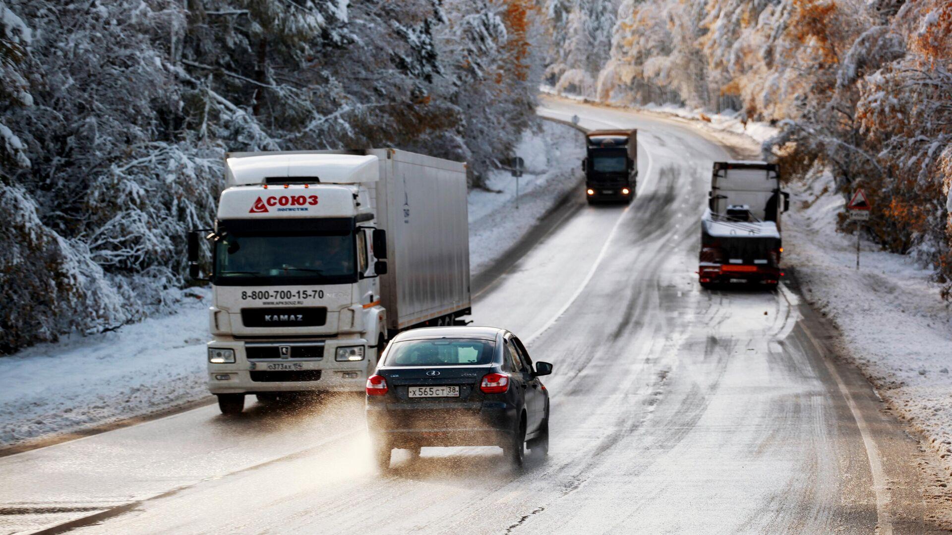 """Снегопад осложнил движение на трассе """"Байкал"""" под Иркутском"""