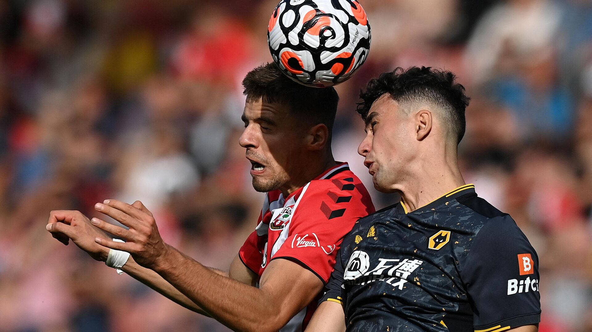 Southampton's Polish defender Jan Bednarek (L) vies to header the ball with Wolverhampton Wanderers' English defender Max Kilman during the English Premier League football match between Southampton and Wolverhampton Wanderers at St Mary's Stadium in Southampton, southern England on September 26, 2021. (Photo by Glyn KIRK / AFP) / RESTRICTED TO EDITORIAL USE. No use with unauthorized audio, video, data, fixture lists, club/league logos or 'live' services. Online in-match use limited to 120 images. An additional 40 images may be used in extra time. No video emulation. Social media in-match use limited to 120 images. An additional 40 images may be used in extra time. No use in betting publications, games or single club/league/player publications. /  - РИА Новости, 1920, 26.09.2021