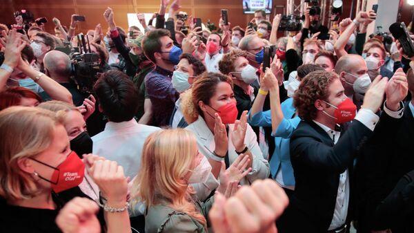 Сторонники Социал-демократической партии (СДПГ) во время объявления результатов первых экзит-поллов на выборах в Берлине, Германия