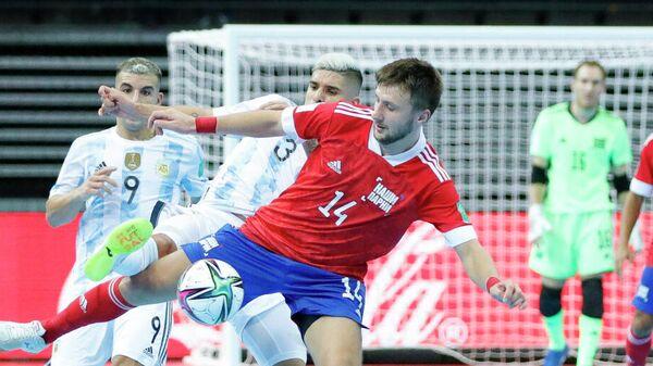 Игровой момент матча сборных России и Аргентины на чемпионате мира по мини-футболу.