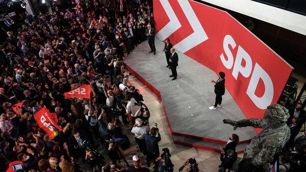 Лидер Социал-демократической партии (СДПГ) Олаф Шольц со сторонниками после объявления результатов экзит-поллов на выборах в Берлине, Германия