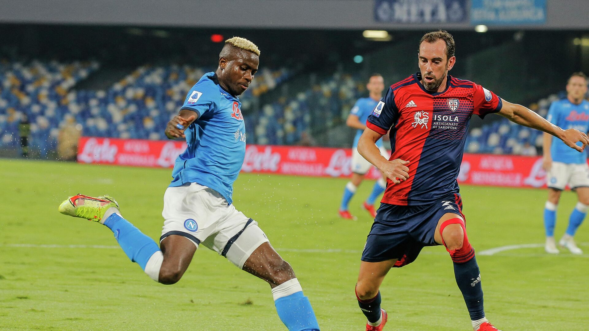Napoli's Nigerian forward Victor Osimhen (L) challenges Cagliari's Uruguayan defender Diego Godin during the Italian Serie A between Napoli and Cagliari on September 26, 2021 at the Diego-Maradona stadium in Naples. (Photo by Carlo Hermann / AFP) - РИА Новости, 1920, 27.09.2021