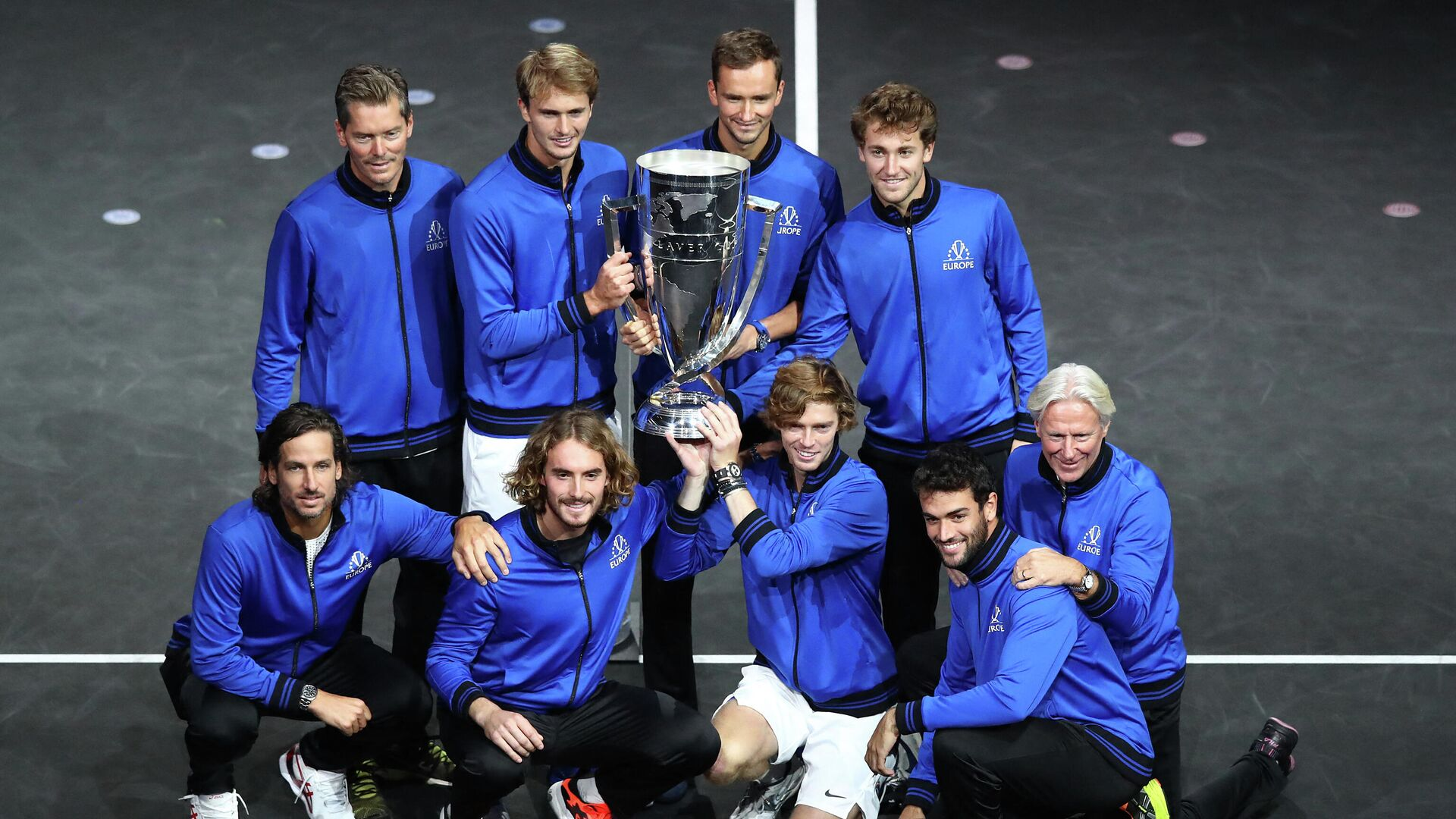 BOSTON, MASSACHUSETTS - SEPTEMBER 26: (Top L-R) Vice Captain Thomas Enqvist, Alexander Zverev, Daniil Medvedev, Casper Ruud (Bottom L-R) Feliciano Lopez, Stefanos Tsitsipas, Andrey Rublev, Matteo Berrettini and Captain Bjorn Borg of Team Europe pose with the Laver Cup trophy after Team Europe defeated Team World to win the 2021 Laver Cup at TD Garden on September 26, 2021 in Boston, Massachusetts.   Adam Glanzman/Getty Images for Laver Cup/AFP (Photo by Adam Glanzman / GETTY IMAGES NORTH AMERICA / Getty Images via AFP) - РИА Новости, 1920, 27.09.2021