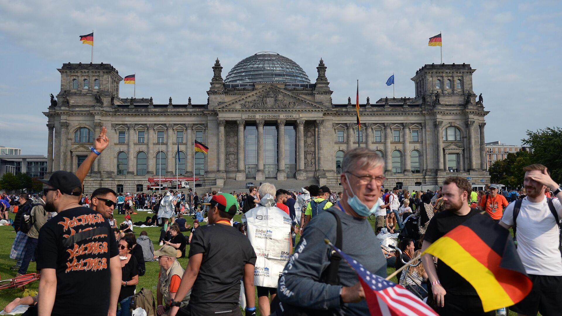Жители Берлина на лужайке на площади Республики перед зданием Будестага в день выборов в парламент Германии - РИА Новости, 1920, 27.09.2021