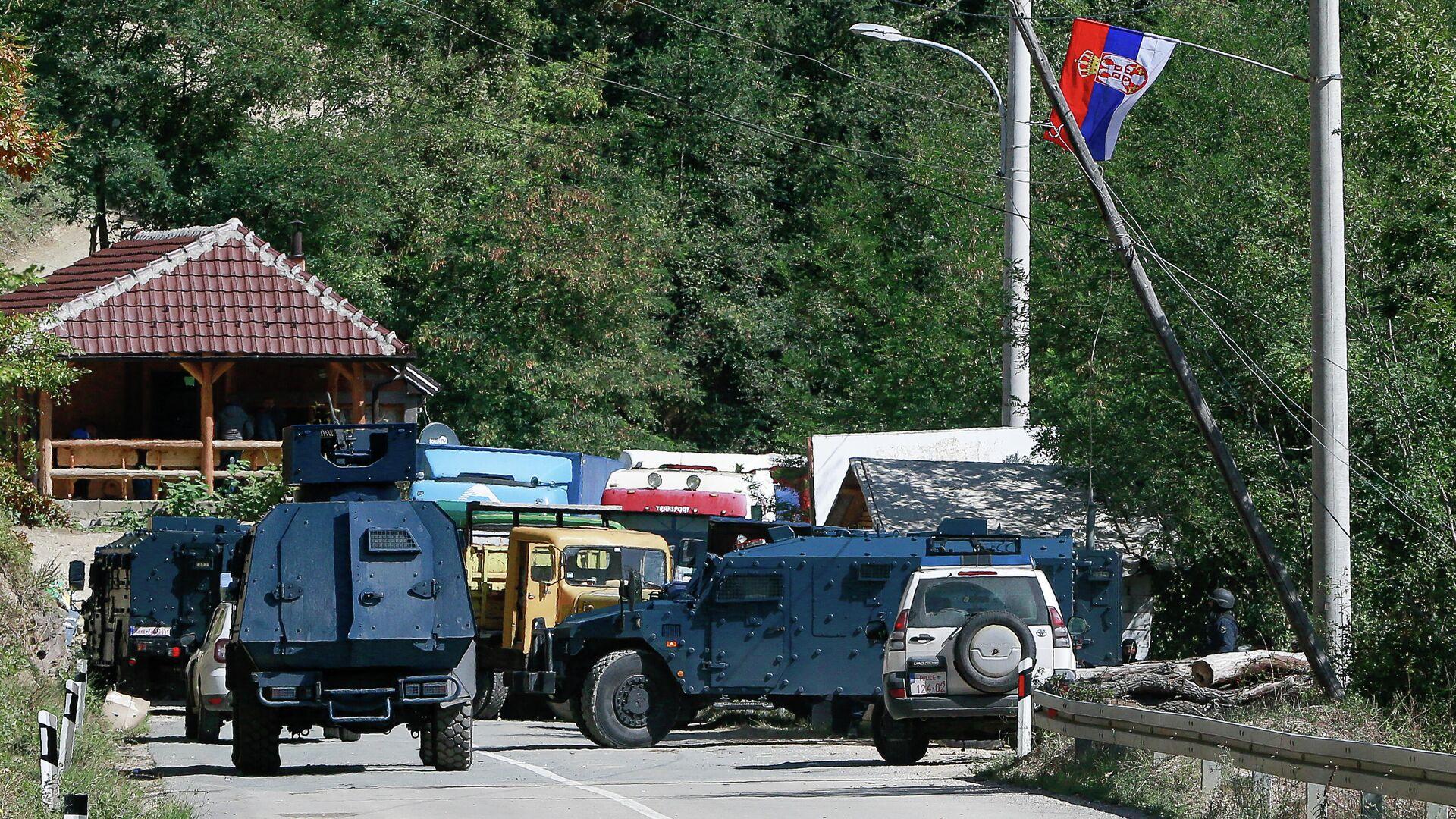 Бронетранспортеры косовской полиции у баррикад, установленных сербами возле пограничного перехода Брняк - РИА Новости, 1920, 26.09.2021