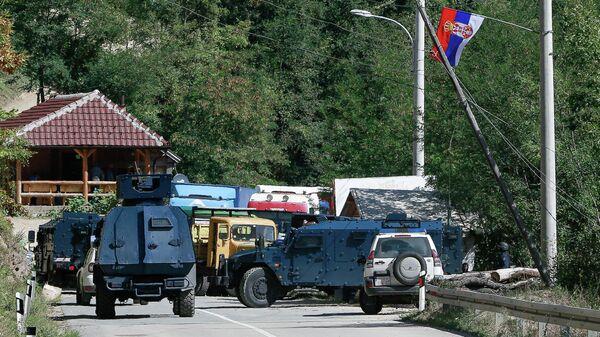 Бронетранспортеры косовской полиции у баррикад, установленных сербами возле пограничного перехода Брняк